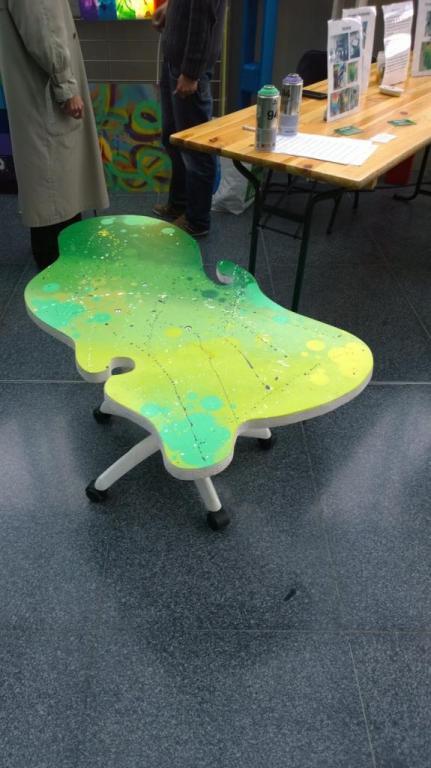 Table basse pied de chaise de bureau verte